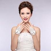 光沢のある結晶asg10と弓とアイボリーのレースの指なし手首の長さの結婚式の手袋