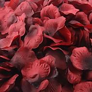 tummanpunainen ja musta ruusu terälehtiä kattaukseen (sarja 100 terälehdet)