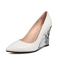 tanie Obuwie damskie-Damskie Komfortowe buty Skóra patentowa Wiosna Sandały Koturn Biały / Czarny