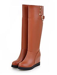 preiswerte -Damen Schuhe PU Herbst Winter Komfort Neuheit Modische Stiefel Stiefel Keilabsatz Spitze Zehe Mittelhohe Stiefel Niete Schnalle Für Kleid