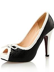 preiswerte -Damen Schuhe Lackleder / PU Frühling / Sommer Komfort High Heels Stöckelabsatz Peep Toe Schleife Weiß / Schwarz / Hochzeit / Kleid
