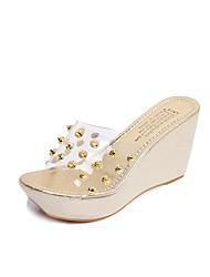 preiswerte -Damen Schuhe PU Frühling Sommer Komfort Sandalen Keilabsatz Offene Spitze Niete für Normal Kleid Gold Silber