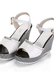 abordables -Mujer Zapatos PU Verano Confort Sandalias Tacón Cuña Punta abierta Blanco / Negro / Tacones de cuña