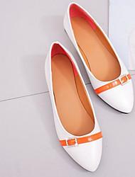 baratos -Mulheres Sapatos Courino Primavera / Outono Conforto Rasos Salto Baixo Branco / Preto