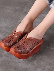 baratos -Mulheres Sapatos Pele Pele Napa Primavera Verão Conforto Tamancos e Mules Salto Plataforma para Casual Verde Tropa Castanho Escuro