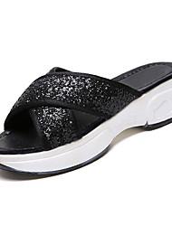 Недорогие -Жен. Полиуретан Лето Удобная обувь Тапочки и Шлепанцы На плоской подошве Круглый носок Белый / Черный