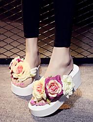 Недорогие -Жен. Полотно Лето Удобная обувь Тапочки и Шлепанцы Туфли на танкетке Открытый мыс Цветы из сатина Белый / Черный