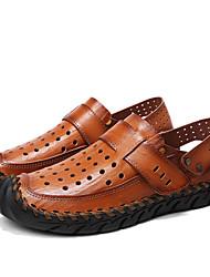 Недорогие -Муж. Комфортная обувь Наппа Leather Лето Сандалии Для плавания Дышащий Черный / Коричневый