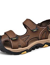 baratos -Homens Sapatos Confortáveis Pele Primavera / Verão Esportivo / Casual Sandálias Respirável Preto / Marron
