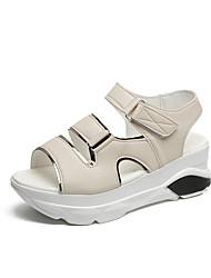 povoljno -Žene PU Proljeće ljeto Sportski Sandale Wedge Heel Okrugli Toe Obala / Crn / Bež