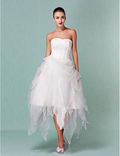 tanie Pierwszy taniec-Krój A / Księżniczka Dekolt serduszko Asymetryczna Organza Suknie ślubne wykonane na miarę z Drapowania przez LAN TING BRIDE® / Krótkie białe