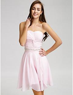 billige Romantisk rosa-Lanting Bride® Kort / mini Chiffon Brudepikekjole - A-linje Stroppeløs med Perler / Krystalldetaljer / Belte / bånd / Kryssdrapering
