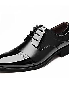 baratos -Homens Sapatos formais Couro Primavera / Outono Negócio / Conforto Oxfords Caminhada Preto / Marron / Festas & Noite / Sapatos de couro