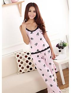 女性のキュートなバラ模様のパジャマ
