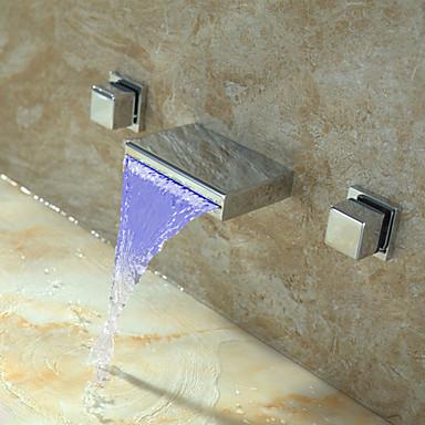 répandues mélangeurs deux trous dans une salle de bains chrome robinet évier