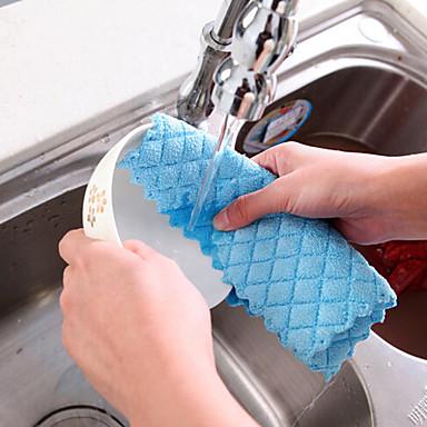 bulaşıklar mutfakta rastgele renkte tekstil temizleyicisi kontrol etti